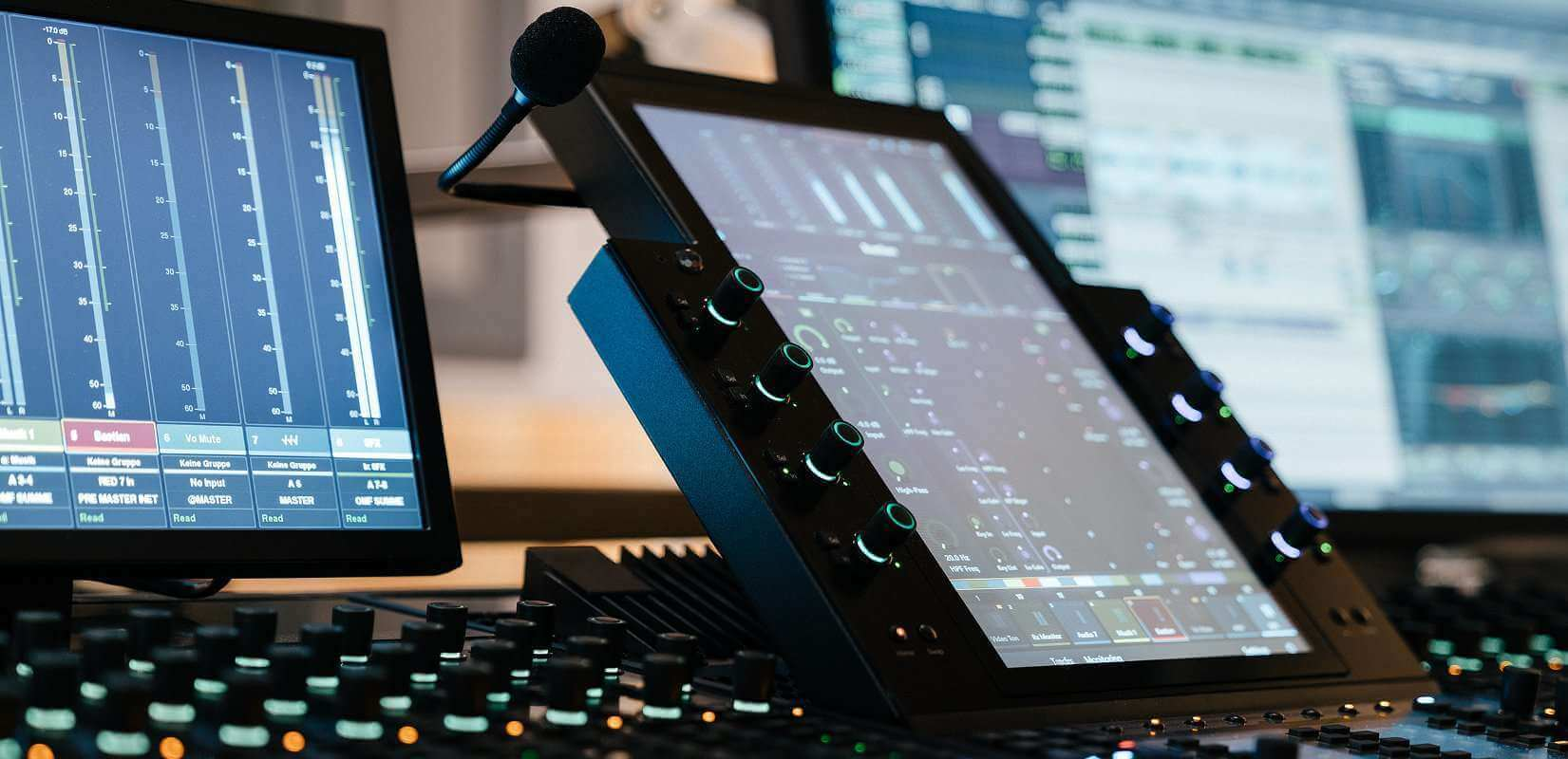 S6 Konsole Closeup seitlich mit Tonstudio Monitor